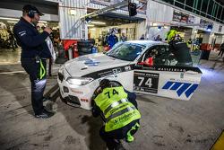 Pit stop per # 74 MPB Racing Team BMW M235i Corse Cup: Matias Henkola, Stephan Kuhs, Bernhard Henzel