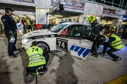 Pitstop voor #74 MPB Racing Team BMW M235i Racing Cup: Matias Henkola, Stephan Kuhs, Bernhard Henzel