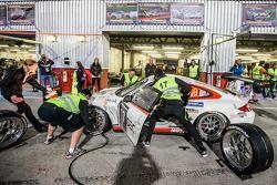 Pitstop voor #17 Ruffier Racing Porsche 997 Cup: Patrice Lafargue, Paul Lafargue, Gabriel Abergel