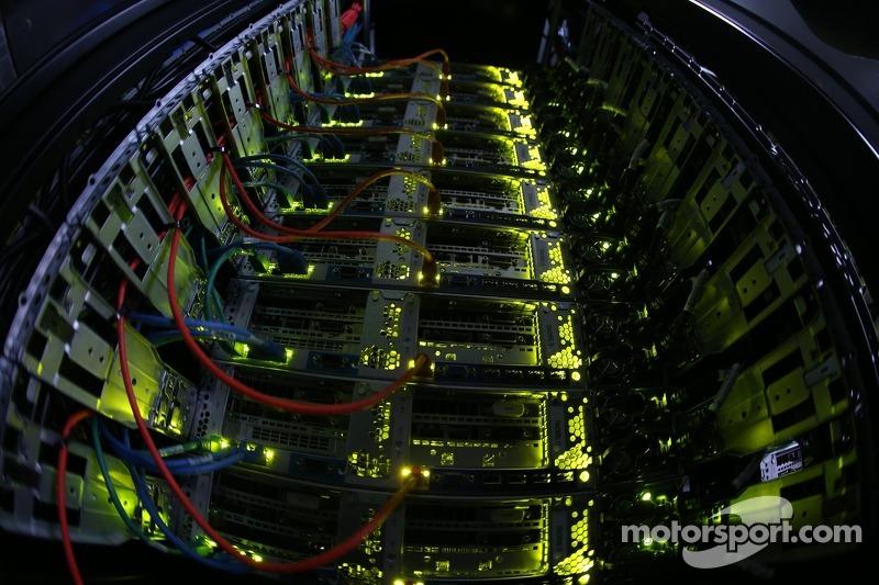 Servidores usados para processar a informação das câmeras e sensoress no pit