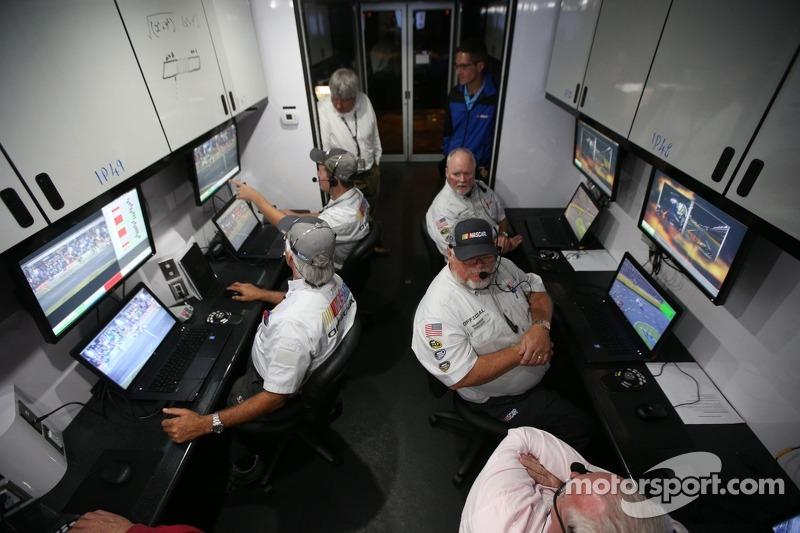 Über Monitore in der Boxengasse sind die Verantwortlichen von NASCAR über das Geschehen im Bilde