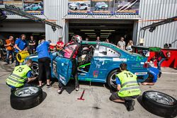 Pit stop para o # 75 Hofor-Kuepperracing BMW E46 M3 Coupe: Bernd Küpper, Martin Kroll, Chantal Kroll