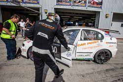 Pitstop voor #90 Car Point S Racing Schmieglitz Seat Leon Supercopa: Daniel Schmieglitz, Cyndie Alle