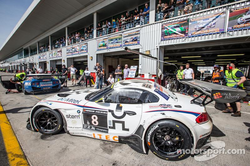 Pitstop voor #8 Triple Eight BMW Z4 GT3: Lee Mowle, Joe Osborne, Jacques Duyver, Charlie Hollings