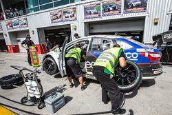 وقفة صيانة للسيارة رقم 93 مارك كارز أستراليا مارك فوكس في8: جيك كاميليري، سكوت نيكولاس، ليندزي كيرنز، دوفاشين باداياشي