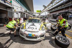 Pit stop per # 20 MRS GT-Corsa Porsche 991 Cup: Manuel Nicolaidis, Olivier Baharian, Thierry Blaise,