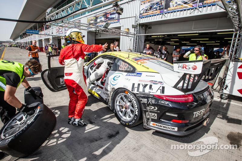 Pit stop untuk #46 MRS GT-Racing Porsche 991 Cup: Siegfried Venema, Chris le Bon, Ilya Melnikov, Ba