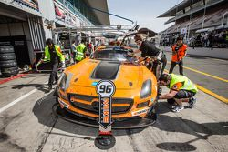 Pitstop voor #96 Mike Racing Mercedes SLS AMG GT3: Michael Chua, Joseph Chua, Rick Cheang