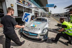 Pit stop per # 18 Preci - Spark Mercedes SLS AMG GT3: David Jones, Godfrey Jones, Philip Jones, Gareth Jones, Morgan Jones