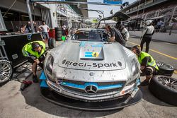 Boxenstopp für #18 Preci-Spark, Mercedes SLS AMG GT3: David Jones, Godfrey Jones, Philip Jones, Gare