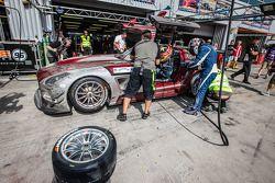 Pits, parada del #30 Ram Racing Mercedes SLS AMG GT3: Cheerag Ary a, Thomas Jäger, Tom Onslow-Cole,