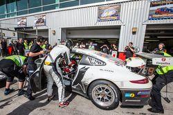 Pits, parada del #25 Black Falcon Porsche 991 Cup: Burkard Kaiser, Manuel Metzger, Christian Raubac
