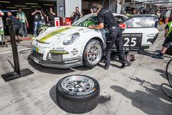 Pit stop per # 25 Black Falcon Porsche 991 Cup: Burkard Kaiser, Manuel Metzger, Christian Raubach