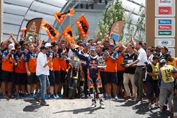 منصة التتويج لفئة الدراجات: الفائز مارك كوما