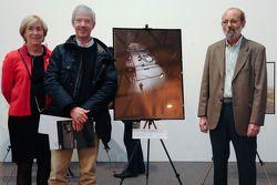 Henri Pescarolo overhandigt de eerste prijs van de Sarthe Endurance Photos in de