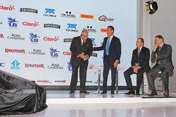 (Von links nach rechts): Dr. Vijay Mallya, Teameigner Sahara Force India F1, mit Geschäftsmann Carlo