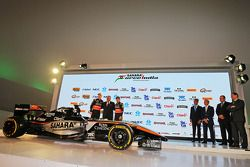 (Von links nach rechts): Nico Hülkenberg, Sahara Force India F1, mit Dr. Vijay Mallya, Teameigner Sa