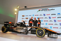 (Von links nach rechts): Nico Hülkenberg, Sahara Force India F1, mit Dr. Vijay Mallya, Teameigner Sahara Force India F1, und Sergio Perez, Sahara Force India F1