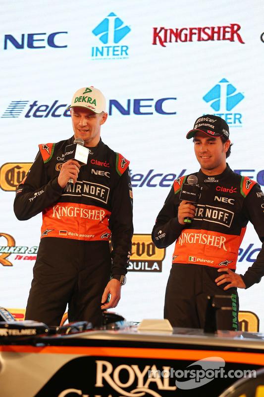 (E para D): Nico Hulkenberg, Sahara Force India F1 com o companheiro de equipe Sergio Perez, Sahara