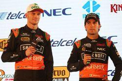 (Von links nach rechts): Nico Hülkenberg, Sahara Force India F1, mit Teamkollege Sergio Perez, Sahar