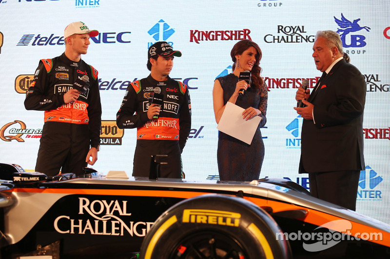(da sinistra a destra): Nico Hulkenberg, Sahara Force India F1 con il compagno di squadra Perez, Sahara Force India F1 e Dr. Vijay Mallya, titolare della Sahara Force India F1 Team