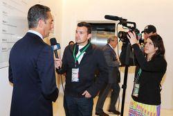 (Von links nach rechts): Carlos Slim, Präsident von America Movil, mit Will Buxton von NBC Sports