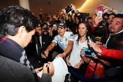 Sergio Perez, Sahara Force India F1 hayranları için imza dağıtıyor