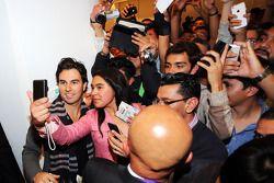 Sergio Perez ve taraftarlar