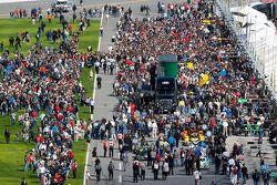 Fans op de pitstraatingang