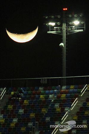 De maan boven de Daytona International Speedway