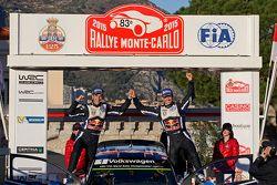 El podio: los ganadores Sébastien Ogier y Julien Ingrassia, de Volkswagen Motorsport