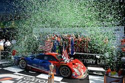 Podio: vincitori Scott Dixon, Kyle Larson, Jamie McMurray, Tony Kanaan, Chip Ganassi Racing
