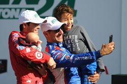 Winnaars Kyle Larson en Tony Kanaan maken een selfie met hun kinderen