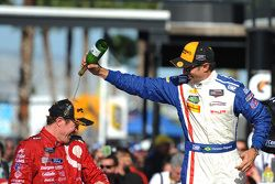 Podium: tweede plaats Christian Fittipaldi, winnaar Scott Dixon