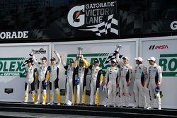 GTLM podium: winnaars Jan Magnussen, Antonio Garcia, Ryan Briscoe, tweede plaats Bill Auberlen, Dirk