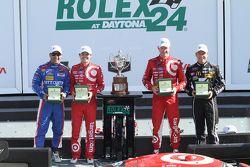 Podium: winnaars Scott Dixon, Kyle Larson, Jamie McMurray, Tony Kanaan, Chip Ganassi Racing