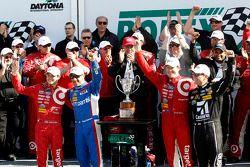 Podium : les vainqueurs Scott Dixon, Kyle Larson, Jamie McMurray, Tony Kanaan, Chip Ganassi Racing