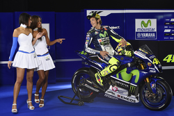 Valentino Rossi, Yamaha Factory Racing et les hôtesses Yamaha