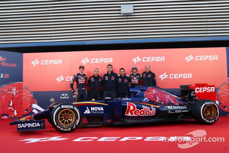 La Scuderia Toro Rosso STR10 es presentada junto a Max Verstappen; Paolo Marabini, diseñador en jefe; James Key, director ténico; Matteo Piraccini, jefe de dieño; Franz Tost.
