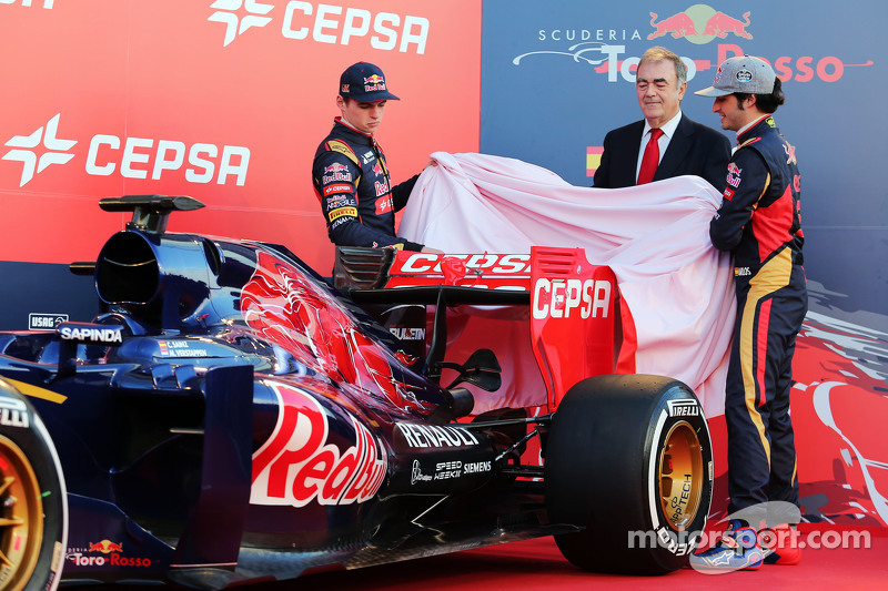 (L to R): Max Verstappen, Scuderia Toro Rosso y su compañero Carlos Sainz Jr., Scuderia Toro Rosso muestran el nuevo STR10 de Scuderia Toro Rosso