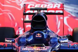 Scuderia Toro Rosso STR10 : gros plan sur le capot moteur et le cockpit