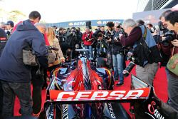 Kerumunan media mengelilingi Scuderia Toro Rosso STR10