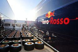 Truk Scuderia Toro Rosso STR10 dan ban Pirelli