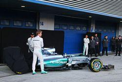 Lewis Hamilton en Nico Rosberg met de Mercedes AMG F1 W06
