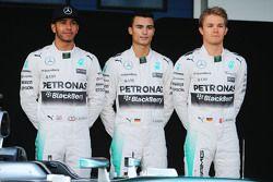 (L to R): Lewis Hamilton, Mercedes AMG F1 con Pascal Wehrlein, piloto reserva de Mercedes AMG F1 y Nico Rosberg, Mercedes AMG F1