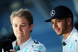 (L to R): Nico Rosberg, Mercedes AMG F1 with Lewis Hamilton, Mercedes AMG F1