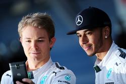 (L to R): Nico Rosberg, Mercedes AMG F1 con Lewis Hamilton, Mercedes AMG F1