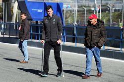 (Von links nach rechts): Paddy Lowe auf Krücken und Niki Lauda, Aufsichtsratsvorsitzender Mercedes A