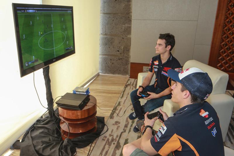 داني بيدروسا ومارك ماركيز، فريق ريبسول هوندا، يلعبون ألعاب الفيديو