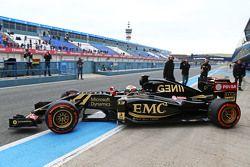 Pastor Maldonado, de Lotus F1 E23, sale de pits